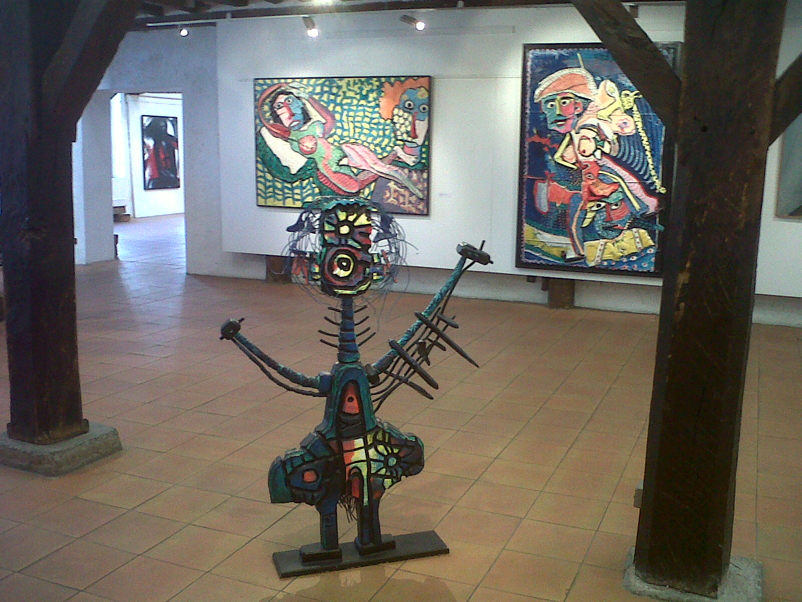 Une sculpture de Patrick Guallino. En arrière plan deux toiles de Joël Crespin.