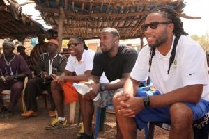 Larry Fitzgerald (à gauche) dans un vilage sénégalais (Crédit photo : Team Fitzgerald)