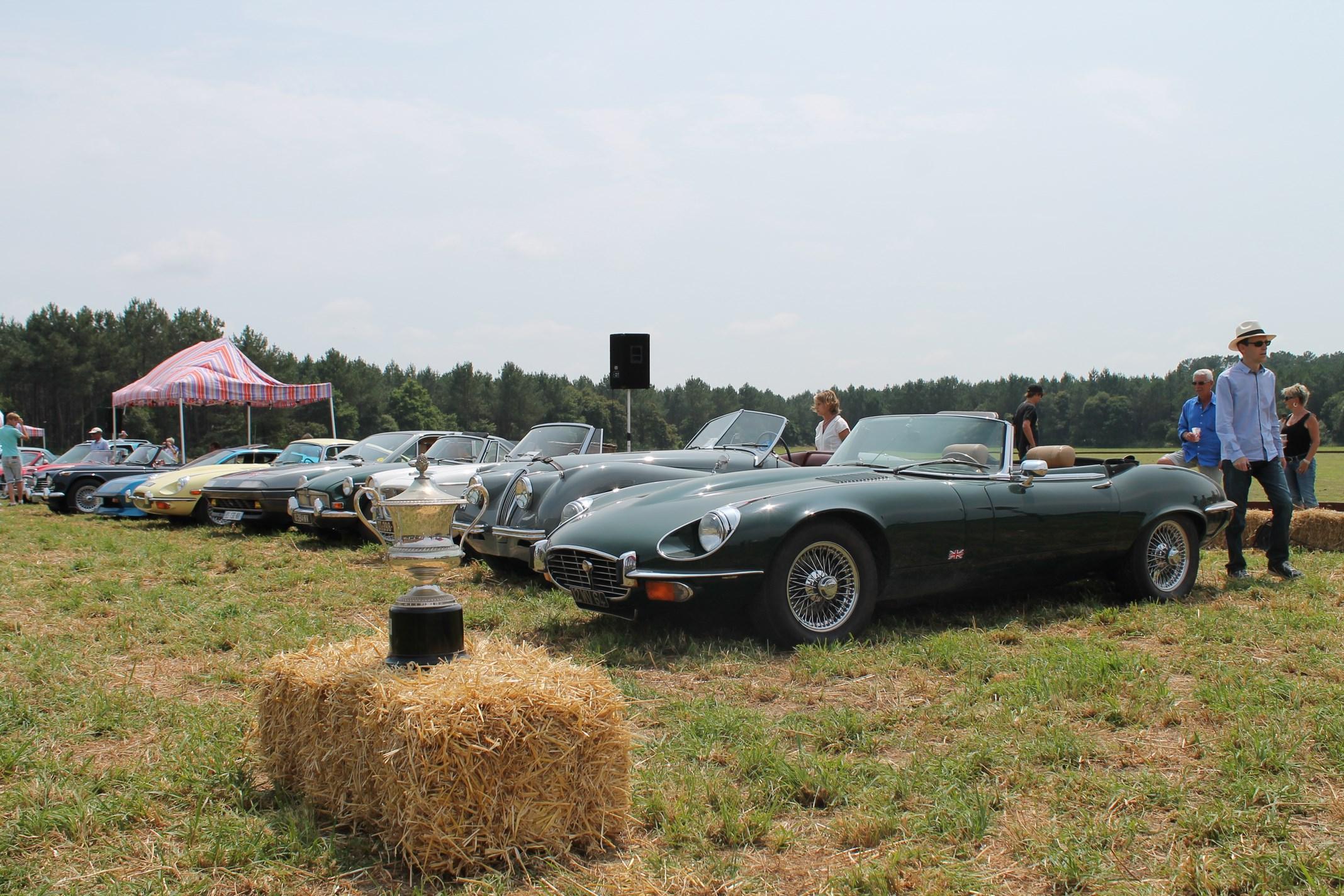 La coupe Miramar devant les véhicules de collection (Crédit: Yanik)