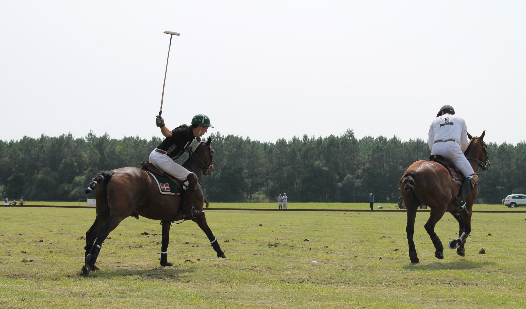 Un cavalier biarrot armant son tir (crédit: Yanik)
