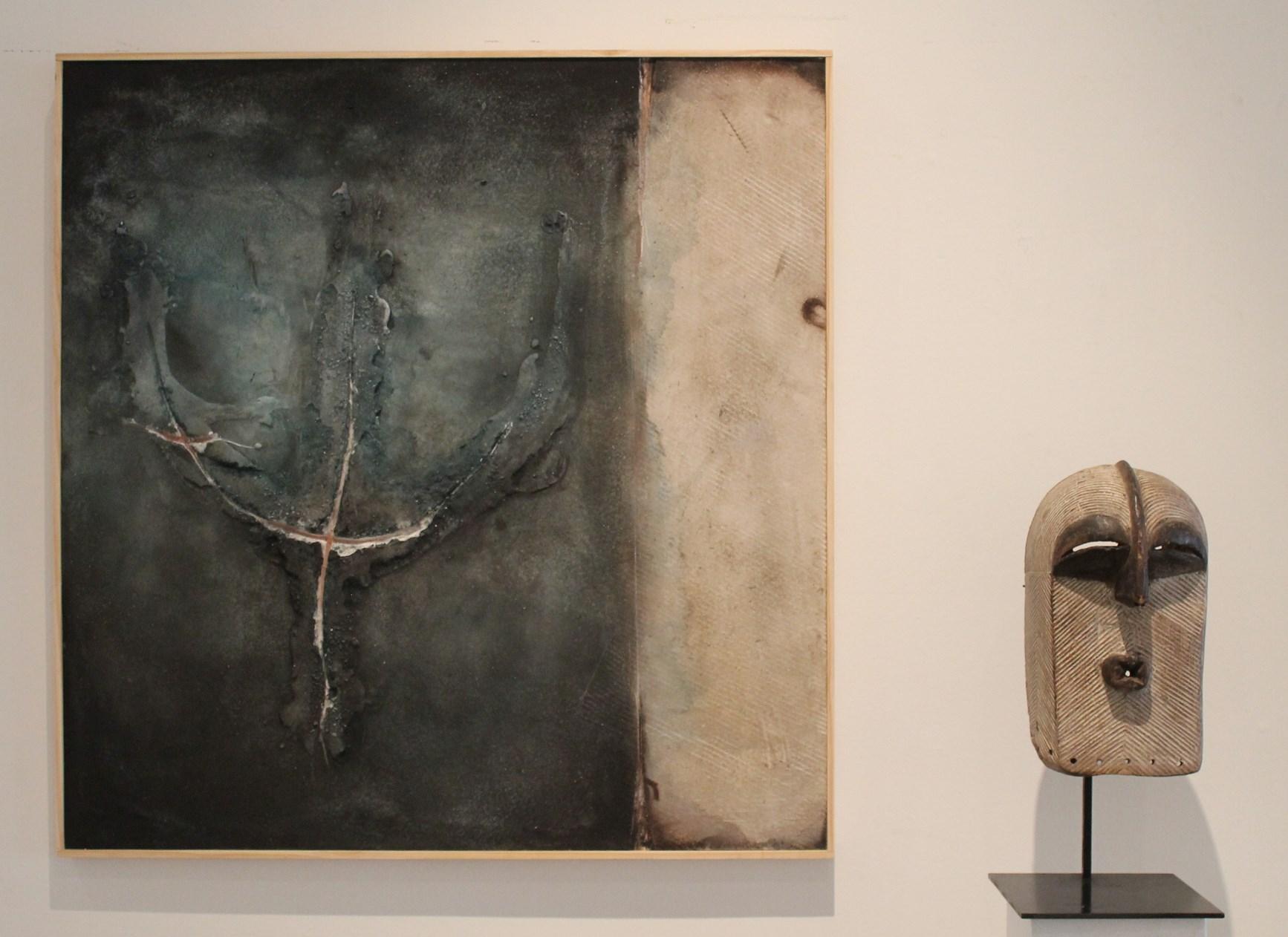 Une oeuvre d'Iker Valle et un masque Songye (RD Congo). (Crédit: Yanik)