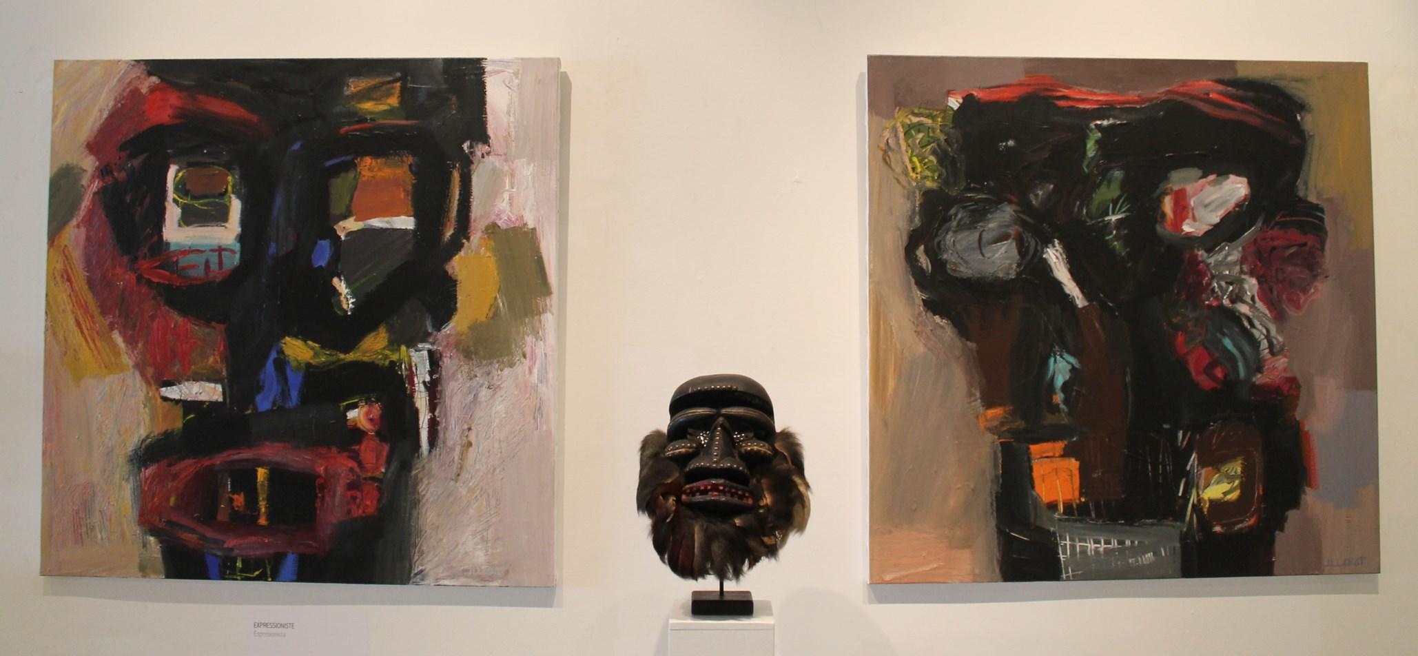 Un masque Bete (Côte d'Ivoire) entouré par deux acryliques de Jean-Luc Labat (Crédit: Yanik)