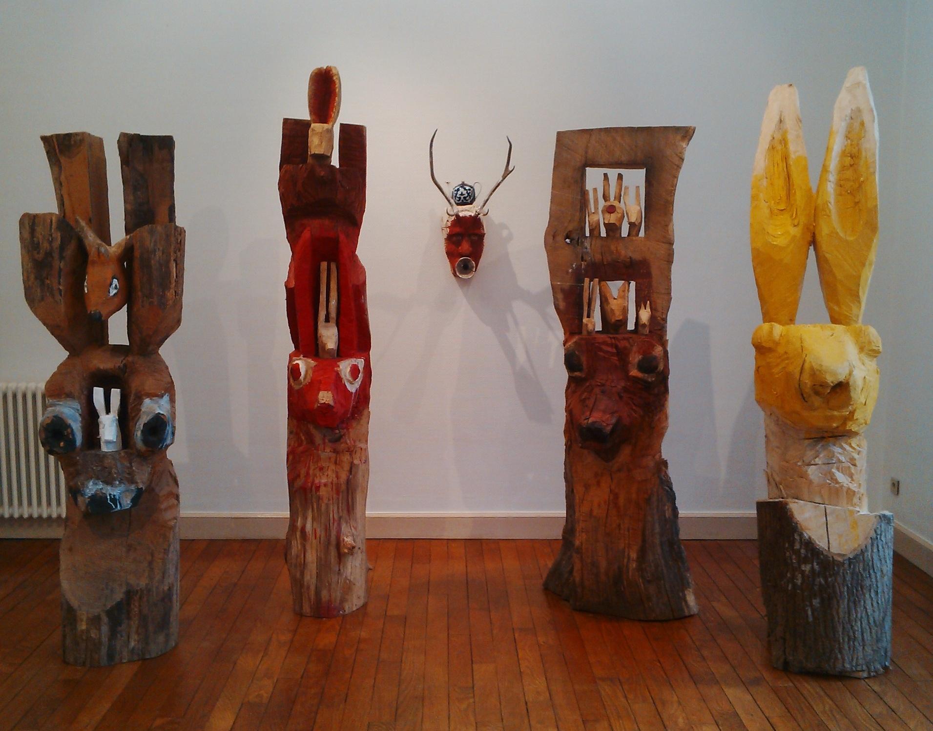 Autoportrait entouré de quatre sculptures de Christophe Doucet (Yanik)