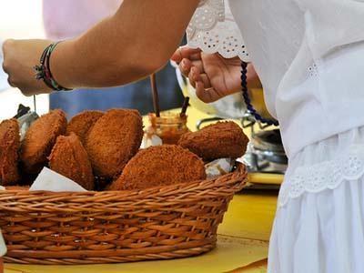Le beignet Acarajé pourra cohabiter avec le Big Mac (Wikimedia / Arismar Fonseca)