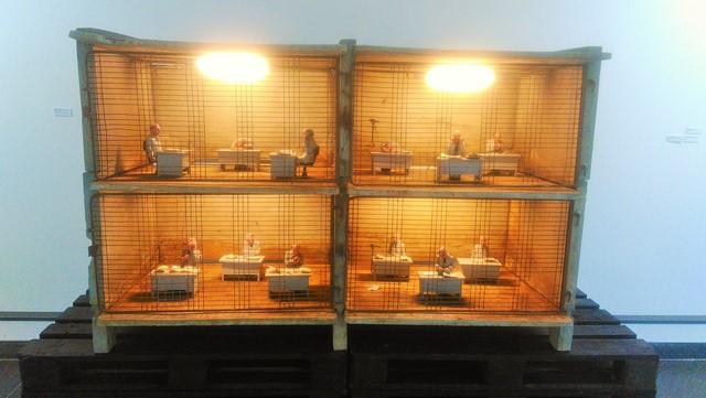 Isaac Cordal, The family, résine de polyuréthane, acrylique, béton, 180x75x115cm (photo de l'auteur)